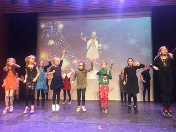 Musicalgroep EigenWijs en Juf Nouk tijdens kerstmarkt in Nieuwkoop